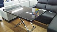リビングテーブルは、高さ・サイズ調整ができる利便性をプラス!